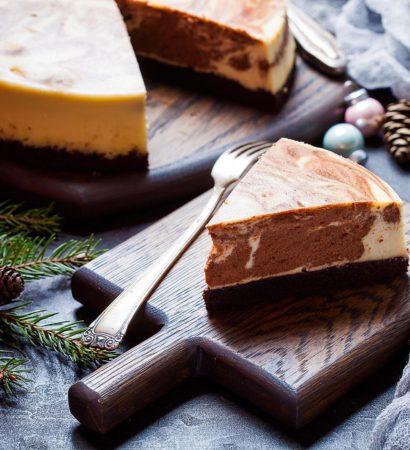 """Marble white and dark chocolate cheesecake. Если мне нужно срочно приготовить торт, на помощь всегда приходит чизкейк, ничего проще и быстрее придумать не могу. Так было и на прошлой неделе, когда муж внезапно понял, что ему нужен торт на работу. Оценив остатки продуктов, решила сделать мраморный чизкейк с двумя видами шоколада, который уже давно ждал своего часа в закладках. Мраморный рисунок выглядит довольно сомнительно, признаю, поторопилась и немного нарушила технологию. Однако, на вкусе это никак не отразилось, поэтому могу смело рекомендовать этот торт всем любтелям чизкейков и шоколада. Для полноты ощущений добавила в начинку боб тонка, который, как известно, значительно усиливает желание съесть двойную порцию десерта, но, если у вас его нет, ничего страшного, просто замените семенами ванили, будет не менее вкусно. Рецепт уже в блоге, заходите! А у вас есть """"пожарные"""" торты? Может я упускаю какие-нибудь быстрые и беспроигрышные варианты. Фото в поддержку моего конкурса #праздник_вкуса_ #праздник_вкуса_торты_пирожные."""
