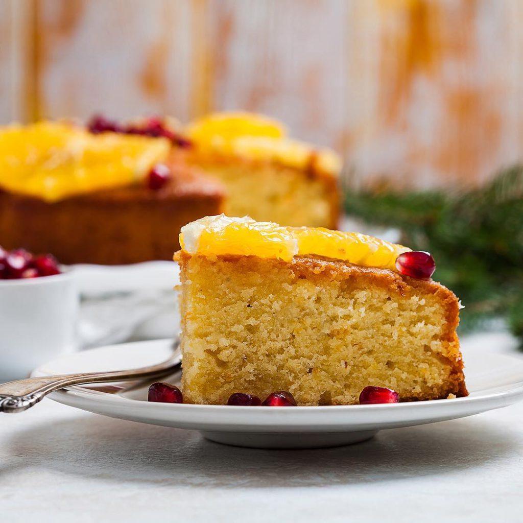 Almond cake with fresh oranges and orange-cardamon syrup. Добрый вечер! Представьте, что вы замешиваете тесто на пирог, добавили в него много миндаля, цедру апельсинов и лимона, поставили в духовку и, вдыхая волшебный аромат, начали варить чудесный кисло-сладкий сироп с пряной ноткой кардамона. Затем щедрой рукой пропитали горячий пирог сиропом, украсили сочными кусочками апельсина, заварили себе крепкий чай и, забыв обо всём на свете, съели два больших куска, наслаждаясь каждой влажной ароматной крошкой... Представили? Тогда пора идти готовить, рецепт ужа ждёт вас в блоге. Напоминаю, что в конкурсе #праздник_вкуса_ #праздник_вкуса_выпечка мы обязательно хотим видеть разрезы/раскусы/разломы, так судьям будет гораздо проще оценивать ваши работы.