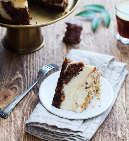 Carrot cheesecake with cream cheese frosting and walnuts. Добрый вечер! Обещанный вчера рецепт морковного чизкейка уже в блоге. И как я раньше не знала про этот универсальный десерт для любителей морковного торта и классического чизкейка? Настоящая палочка-выручалочка в праздники: готовится быстро, получается вкусно и так сытно, что другие сладкие блюда на стол можно не ставить. В поддержку участников #сладкая_пасха_2017 пост пополнит наш с Оксаной @oxanakouznetsova и Артёмом @klamachakla организаторский тег #сладкая_пасха_2017_теория_рецепты. Видели сегодня пост Маши @maria.leonova? Раздачу крутейших пасхальных скалок отложили до понедельника, ещё есть шанс за них побороться. Как думаете, пора выходить из зоны комфорта или до самого конца пойдём с 90% куличей? #dariasaveleva_com