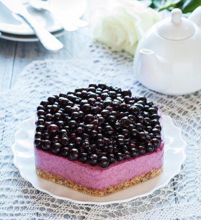 Healthy no bake lemon-black currant cake with @arcticberries powder. Добрый вечер! Ребёнок не в саду - повод готовить полезные десерты. Так сегодня случился очень вкусный торт без белого сахара и муки. Вообще-то задумывался как лимонный, но в процессе захотелось сделать начинку более весеннего цвета и вышел лимонно-смородиновый. Рецепт и разрез будут завтра в блоге , а я пойду заедать одним кусочком только что закончившийся хоккей. Смотрели? Для марафона #caketime_ #caketime_май от Даши @zhabcka, спонсор @amp.lituda. #dariasaveleva_com