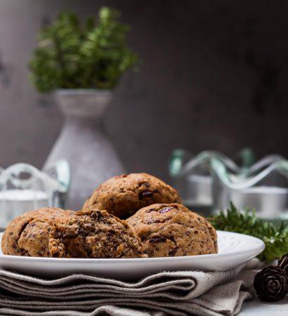 """Spicy rum raisins cookies with dark chocolate and citrus zest. Добрый вечер! А вот и ответ на загадку под предыдущем фото. Интересно, почему вас так удивил изюм в печенье? Это ведь довольно частое явление. А замоченный в роме изюм вдвойне вкусней, это факт.))) Нашла рецепт в одной из своих любимых кулинарных книг и решила, что обязательно приготовлю зимой. Помимо изюма в составе пряности, цедра цитрусовых и много-много горького шоколада. Как вы понимаете, по вкусу и аромату это печенье ничуть не уступает традиционной новогодней и рождественской выпечке, при этом готовится в разы быстрей. Так что, если запас """"пьяного"""" изюма ещё не исчерпан, рекомендую обязательно попробовать.☺️ Рецепт будет в блоге. Отличного вам вечера пятницы!"""