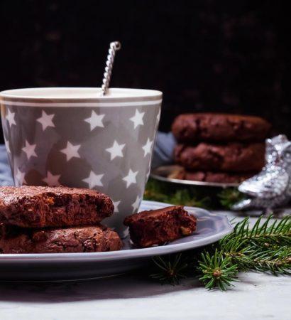 Soft chocolate cookies with dried cherries, cashews and rye flour. Добрый вечер! В блоге появился очень подробный рецепт Павловой, заходите! А на фото моё новое открытие - невероятно ароматное мягкое шоколадное печенье с сушёной вишней, кешью и, как это ни странно, ржаной мукой. Не была уверена в результате, но он меня просто поразил. Однозначно надо повторять! Рецепт будет ночью или утром, выбиваюсь из графика, даже не успела вчера это фото на марафон выложить, ну да ладно, зато есть с чем кофе попить))) ☕️. Хорошего вам вечера!