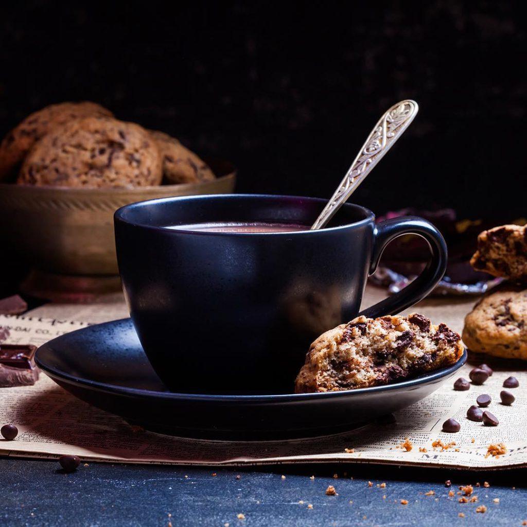 Chocolate chunk cookies. Не могла пропустить #неделяфудфото_шоколад от @photofoodiemagazine, спонсор - @backdecor. Для начала скромный натюрморт с печенюшками. Неделю не можем купить нормальный кофе, пришлось снимать какао с молоком.))) А ещё наконец-то добавлю в блог рецепт тающего во рту печенья с кусочками шоколада, кое-кто давно просит (да, Люба @mlybchik?). Спокойной вам ночи!
