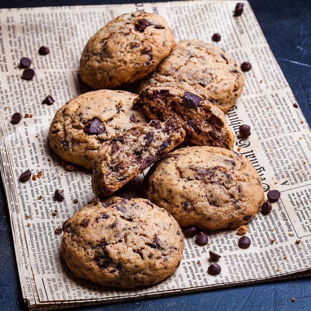 """Chocolate chunk cookies. Доброе утро! В продолжение вчерашнего фото печенье с кусочками шоколада без лишней """"мишуры"""".))) Несмотря на простой состав, вкус получается очень богатый шоколадно-карамельной-сливочный. Хочется съесть всё до последней крошки. Для полного счастья не хватает только чашки кофе, но его так и нет, да и печенье Дима унёс на работу, скоро похудею, если так пойдёт и дальше. Прямо сейчас сажусь писать рецепт в блог, заходите через часик. Он простейший, любой новичок должен справиться. Для #неделяфудфото_шоколад от @photofoodiemagazine, спонсор - @backdecor."""