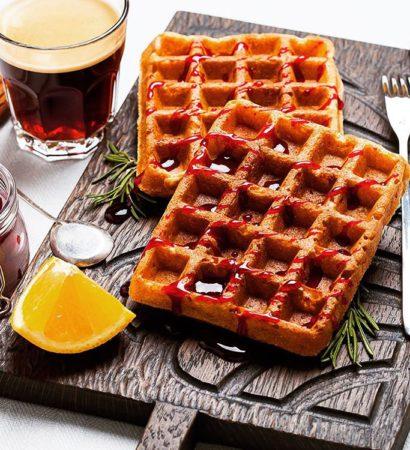 Cottage cheese, orange and cinnamon waffles. У меня уже больше месяца живёт вафельница, а рецептов вафель в блоге до сих пор нет. Несерьёзно как-то, да?) Решила исправить ситуацию и завтра расскажу о том, как приготовить эти вкуснейшие творожные вафли с апельсином, корицей и клюквенным соусом, которые, кстати, появились в результате небольшой трансформации рецепта полюбившихся многим читателям творожных панкейков. Люба @mlybchik, спасибо за идею! А у вас есть вафельница? Какие вафли любите больше: сладкие или сытные? У меня в плане картофельные с гравлаксом. P.S. Доска на фото традиционно от @foxwoodrus.