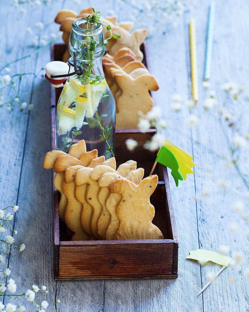 """Almond and cardamon Easter bunnies. Добрый вечер! Начинаю обещанную серию постов в помощь участникам нашего конкурса #сладкая_пасха_2017. Если вы, как и я, можете с полным правом давать МК """"Учу украшать печенье как в детском саду, дорого"""", остаётся два выхода: красивые формочки и фигурные скалки/штампы. Когда они есть, нужно только подобрать рецепты печенья, которое не расплывается в духовке, и как минимум один вид эффектного угощения для праздничного стола вам обеспечен. У меня в блоге уже есть два таких рецепта: """"Печенье с начинкой из Нутеллы"""" (можно подавать его само по себе, а также заменить шоколадную пасту джемом или курдом); """"Имбирные пряники от Иры @yellow_chimney"""". И тот и другой прекрасно подойдут тем, кто в отличие от меня умеет работать с айсингом и может нарисовать на поверхности красивую картинку, например, как на афише нашего конкурса или в статье Иры. Уже завтра я опубликую подробный теоретический пост о выпечке печенья и рецепт этих шикарных зайцев с миндалём и кардамоном. Пахнут на всю кухню так, что ни о чём другом думать невозможно. Позже мы расскажем ещё об одном спонсоре, подарки от которого вручим уже на следующей неделе. После такой подводки легко догадаться, кто это будет, правда? А пока давайте обсудим, какие сладости вы обычно готовите на Пасху и что планируете в этом году? #dariasaveleva_com"""