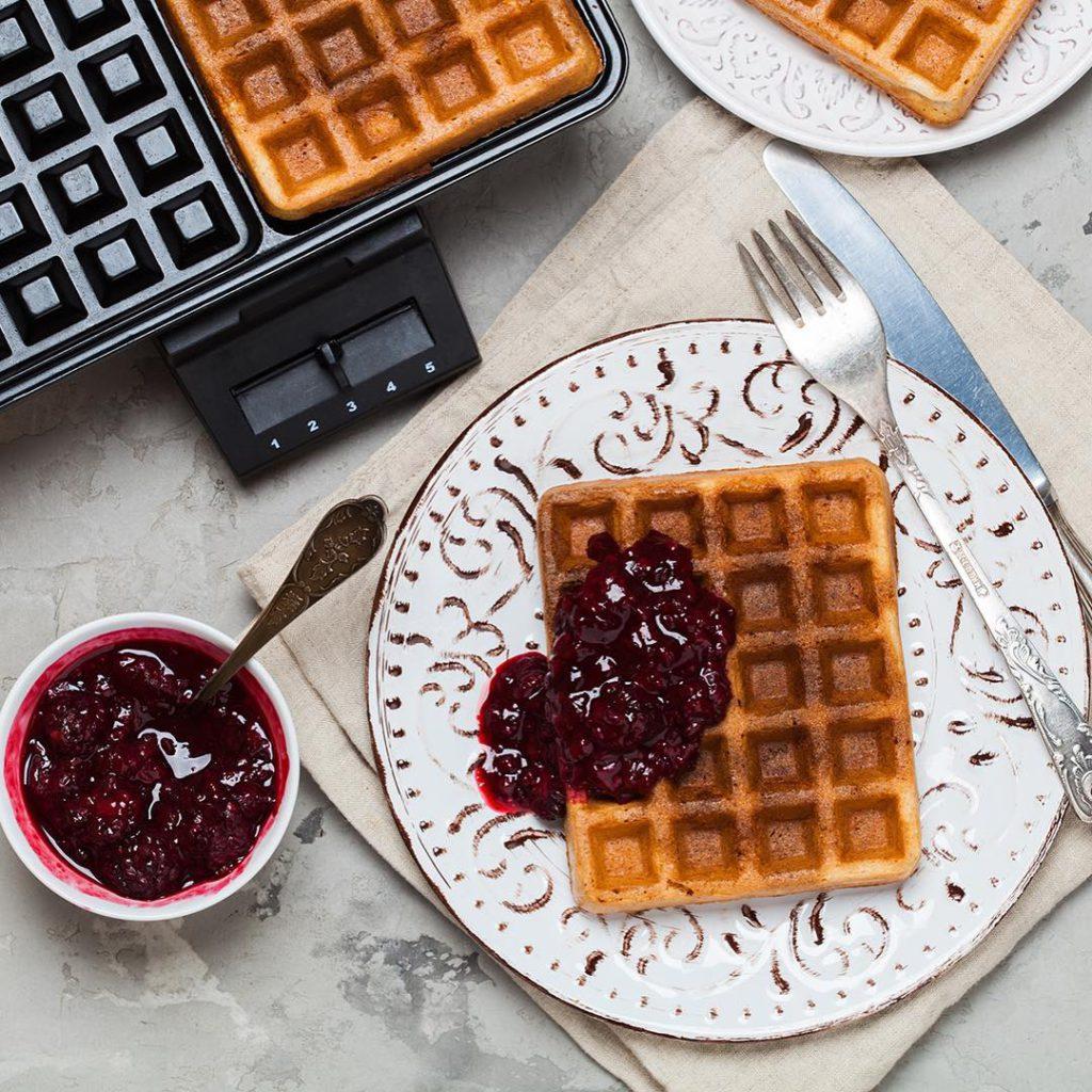 My favorite sourdough waffles. Thank's @maurizio for the perfect recipe! Доброе утро! Решила не откладывать в долгий ящик рецепт вафель на остатках закваски, который обсуждали во вторник. Готовлю их минимум раз в неделю и вся семья в восторге. Аромат теста на закваске при нагревании в вафельнице становится наркотическим, приходится делать на цельнозерновой муке, чтобы хоть как-то оправдать количество съеденного. Удобно, что вафли получаются независимо от свежести остатков закваски, можно взять сегодняшнюю, а можно накопленную за 3-4 дня. Во втором случае немного меняется текстура, но меня это совсем не смущает. Рекомендую! Рецепт в течение нескольких часов будет в блоге, по традиции покажу в сториз, когда выложу. Хорошего дня!