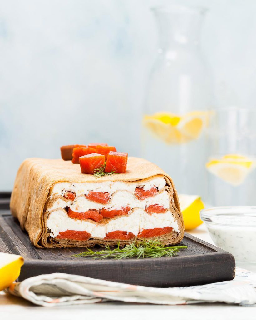 Сытный-блинный-торт-с-творожным-кремом-и-копчёной-рыбой Sytnyi-blinnyi-tort-s-tvorojnym-kremom-i-kopchyonoi-ryboi